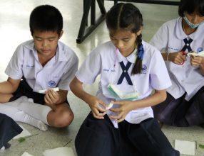ครูและนักเรียน ร่วมกันประดิษฐ์ดอกมะลิ